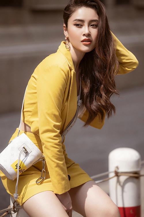 Cô hoàn thiện phong cách bằng túi đeo chéo của Louis Vuitton và khuyên tai to bản.