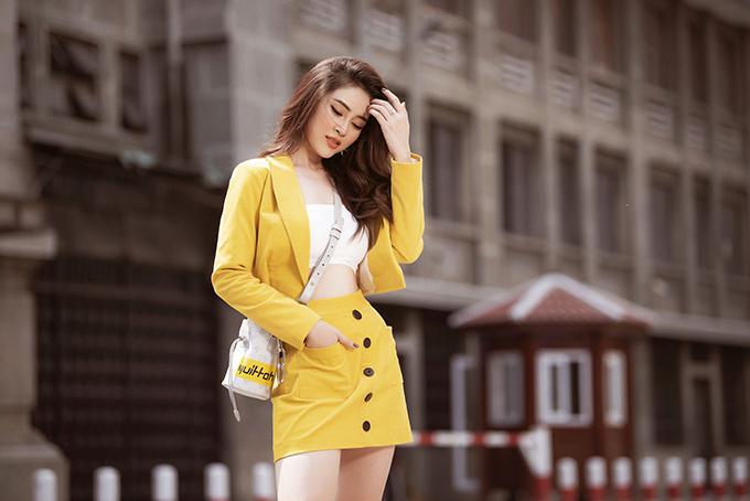Với phong cách năng động, Kim Thảo phối chân váy ngắn với vest màu nổivà croptop trắng bó sát. Kiểu mặc này giúp người đẹp khoe được lợi thế vòng hai thon ngọn.