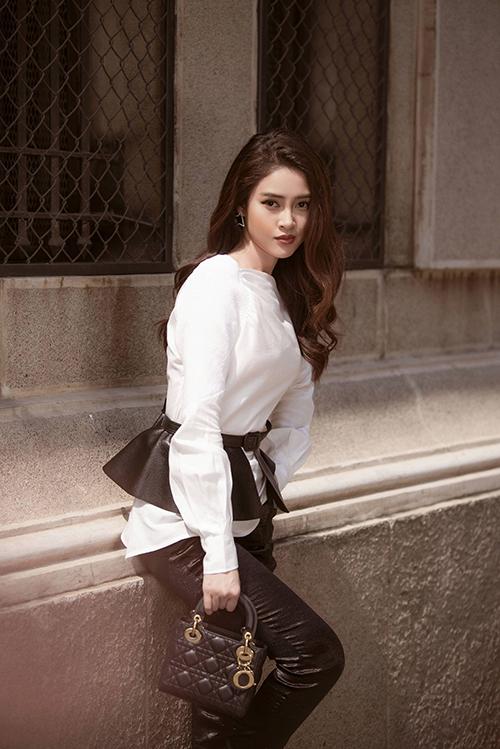 Lý Kim Thảo hoàn thiện phong cách bằng túi Dior Lady giá hơn 100 triệu đồng.