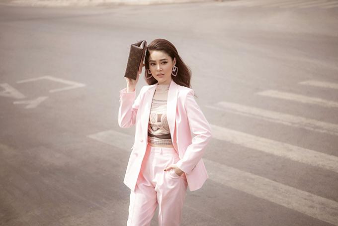 Cáo croptop in họa tiết giúp nữ diễn viên Gã giang hồ trông trẻ trung hơn khi diện suit.
