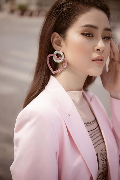Khuyên tai cũng được cô chọn ton sur ton với quần áo.