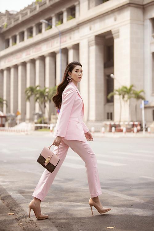 Khi hóa thân thành cô nàng công sở, Lý Kim Thảo diện suit màu hồng nữ tính kết hợp với túi xách Louis Vuitton cùngtông. Giày cao gót màu hồng nude giúp cô ăn gian chiều cao đồng thời hòa hợp với màu sắc của trang phục.