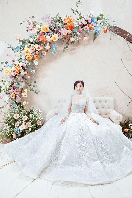 Sau hàng tháng trời tìm hiểu, Nhật Linh tìm đến NTK Linh Nga để có được trang phục cho ngày trọng đại.Buổi thử váy của Nhật Linh diễn ra trong vòng 2 tiếng.