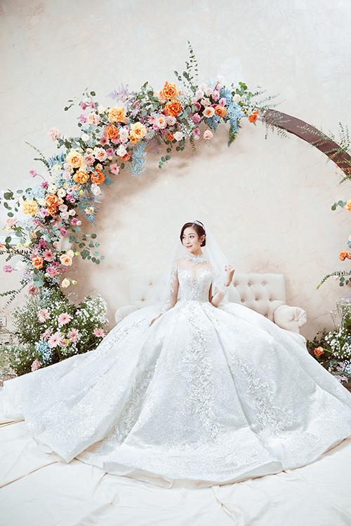 Vì cách trở địa lý nên cô dâu và NTK chủ yếu làm việc qua điện thoại, video call. Cô dâu mong ước tấm váy cưới sẽ phảng phất hình ảnh của bầu trời sao lấp lánh - gợi nhắc những buổi hẹn hò của Nhật Linh với Văn Đức.