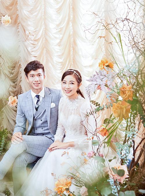 Nhật Linh bày tỏ sự hài lòng với váy cưới vì vẻ đẹp và ưu điểm siêu nhẹ của váy, giúp cô dâu dễ dàng di chuyển. Mẫu đầm được NTK và 5 cộng sự hoàn thiện trong 1 tháng.