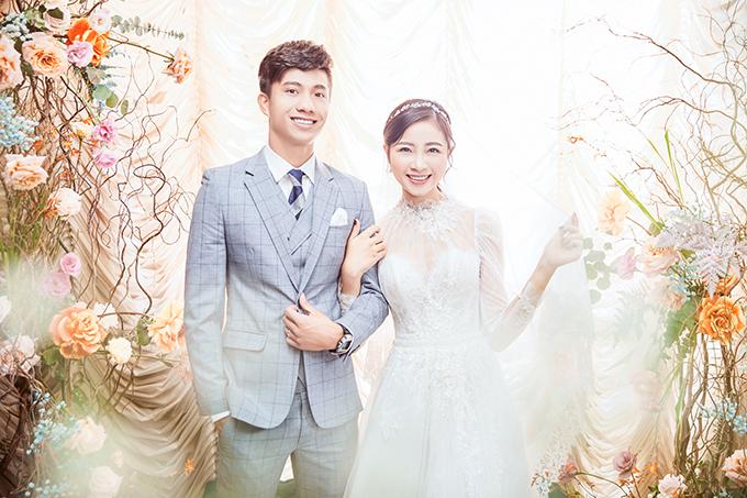 Mẫu đầm thứ 2 mà Nhật Linh diện mang phom dáng chữ A, sẽ được cô dâu mặc khi chào bàn tại tiệc cưới.