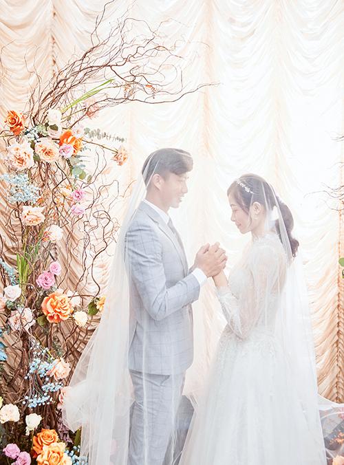 Ngày 30/1, đám cưới của uyên ương sẽ diễn ra ở Nghệ An. Ngoài 2 bộ cánh từ Linh Nga, cô dâu sẽ diện thêm váy cưới tối giản cho ngày trọng đại.Bộ ảnh được thực hiện bởi váy cưới: Linh Nga Bridal, decor: Liti Wedding Planner, makeup: Linh Jace, photo: Mạnh Bi Wedding, suit: The Tuxedo.