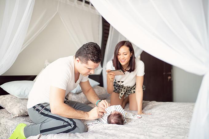 Phương Mai chia sẻ, ông xã cô thường giành hết việc chăm sóc em bé từ thay tã, cho con bú bình...