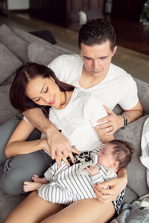 BéHenryk, con trai đầu lòng của Phương Mai và ông xãMarcin Miller vừa tròn 2 tháng tuổi. Không phải chuẩn bị Tết cầu kỳ nên nữ MC dành trọn thời gian để nghỉ ngơi bên gia đình nhỏ.