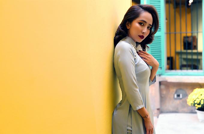 Quỳnh Nga diện áo dài Cao Minh Tiến.