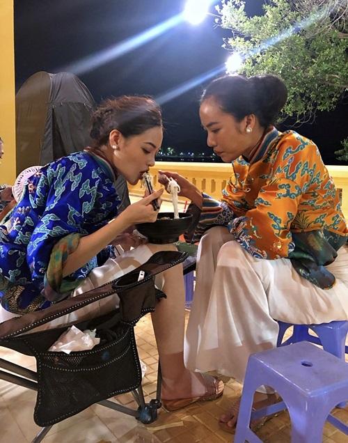 Thùy Anh và Thoại Tiên ăn chung một tô bún ở hậu trường.