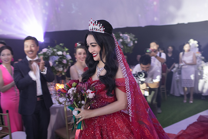 Tại tiệc cưới hôm 7/12 ở TP HCM, cô dâu đã diện váy cưới đỏ thuộc dòng Limited Edition, trị giá 1 tỷ đồng.