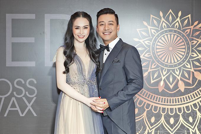 Vợ chồng Tuấn Hưng tại bữa tiệc cuối năm của công ty riêng.