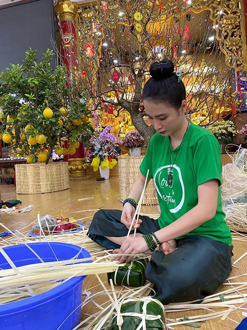 Angela Phương Trinh về chùa phụ gói bánh chưng Tết. Người đẹp theo Phật nhiều năm nay và từ đầu năm 2020 cô phát nguyện ăn chay trọn đời. Năm qua cô tích cực tham gia các hoạt động thiện nguyện tại các chùa và giúp đỡ nhiều trường hợp khó khăn.