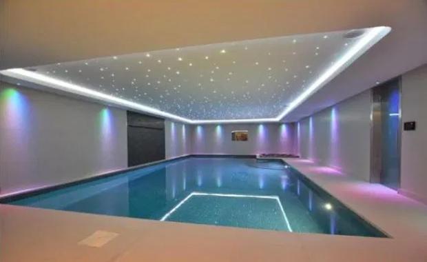Ngoài bể bơi ngoài trời, biệt thự còn có bể bơi trong nhà, một phòng gym dưới