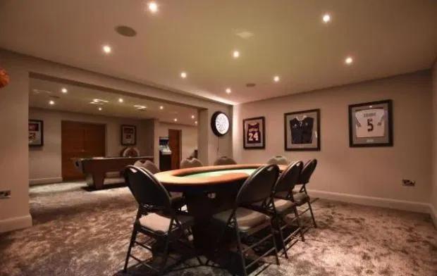 ... và bàn poker trong phòng game.