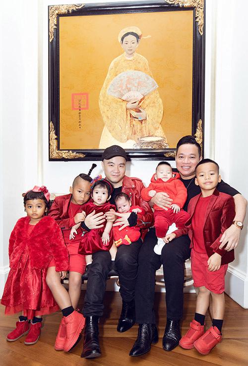 Doanh nhân Huy Cận - người anh thân thiết với Đỗ Mạnh Cường chụp ảnh cùng bố con nhà thiết kế.