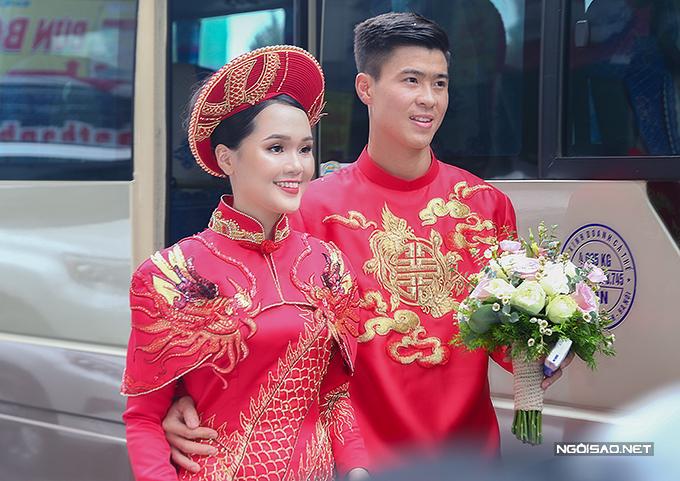 Duy Mạnh và bạn gái Quỳnh Anh trong lễ ăn hỏi hôm 15/1. Ảnh: Đương Phạm.