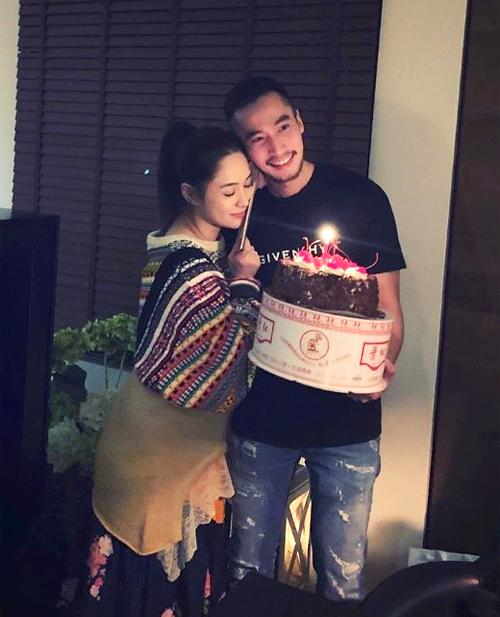 Chung Hân Đồng nép vào vai chồng hạnh phúc, trong ngày sinh nhật cô hôm 21/1.
