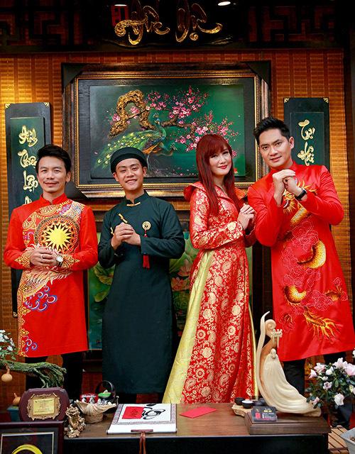 Từ trái qua: nhà thiết kế Minh Hùng, ông đồ Đức Dự chụp ảnh cùng Hiền Mai và Minh Luân tại hội chợ xuân.