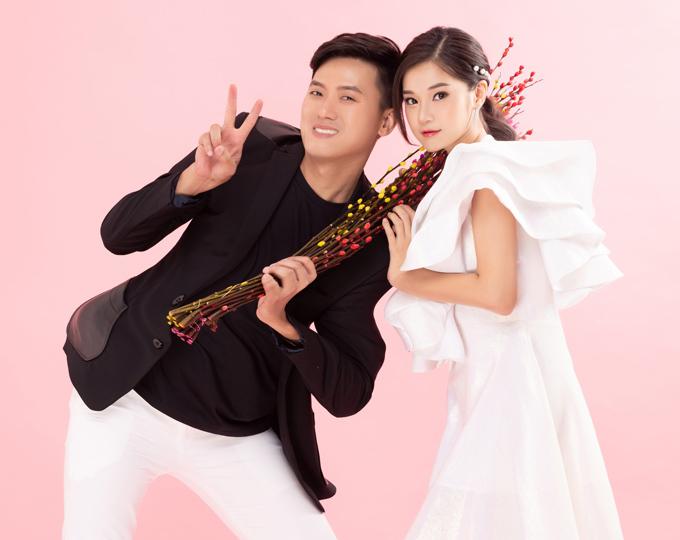 Để tạo sự kết nối  đồng điệu bên bạn diễn, Quách Ngọc Tuyên mặc quần trắng ton-sur-ton và bổ sung  dấu ấn bằng cách kết hợp blazer gam đen tương phản.