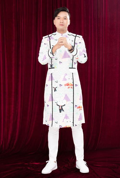 Ngày đầu năm Canh Tý, Hoàng Yến Chibi - Quách Ngọc Tuyên muốn hướng đến hình ảnh truyền thống nhưng vẫn trẻ trung. Bởi vậy, cả hai diện áo dài cách tân màu trắng kem in hoạ tiết chú chuột tinh nghịch.