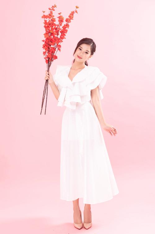 Mẫu đầm trắng tinh khôi với chi tiết bèo nhún mềm mại biến giọng ca Cánh hoa tổn thương thành công chúa ngọt ngào. Bên cạnh đó, giày cao gót mũi nhọn màu nude còn giúp cô ăn gian chiều cao hiệu quả.