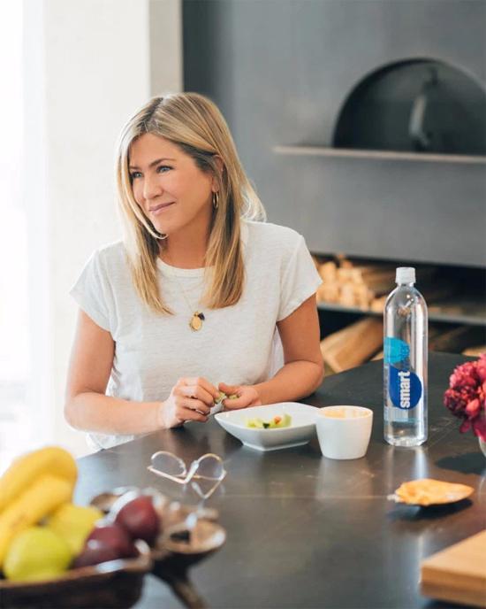 Sau khi ly hôn nam diễn viên Justin Theroux vào đầu năm 2018, Jennifer Aniston sống một mình tại biệt thự rộng lớn này. Cô thường xuyên tổ chức tiệc mời bạn bè đến chơi. Jen cho biết, cô đang có cuộc sống độc thân vui vẻ và chưa vội tìm bạn đời mới.