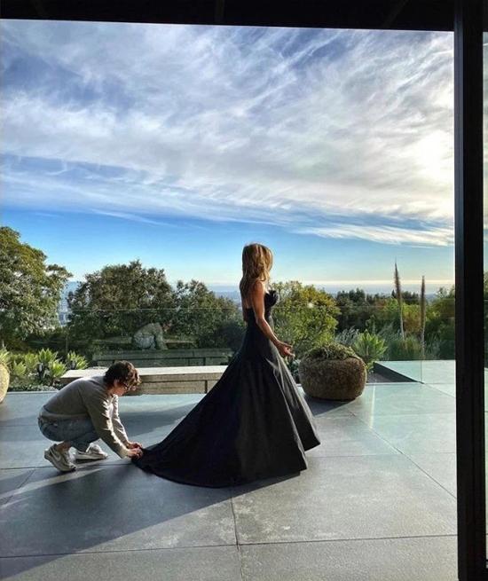Từ khi sử dụng mạng xã hội Instagram 3 tháng nay, Jennifer Aniston chia sẻ nhiều hình ảnh trong ngôi nhà của cô với người hâm mộ. Biệt thự nằm trên đồi, có view rộng lớn nhìn ra thành phố.