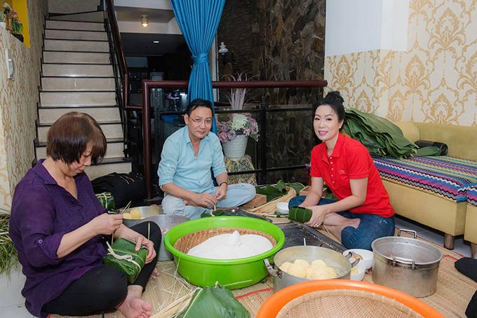 Diễn viên Trịnh Kim Chi quây quần cùng gia đình gói và nấu bánh chưng.