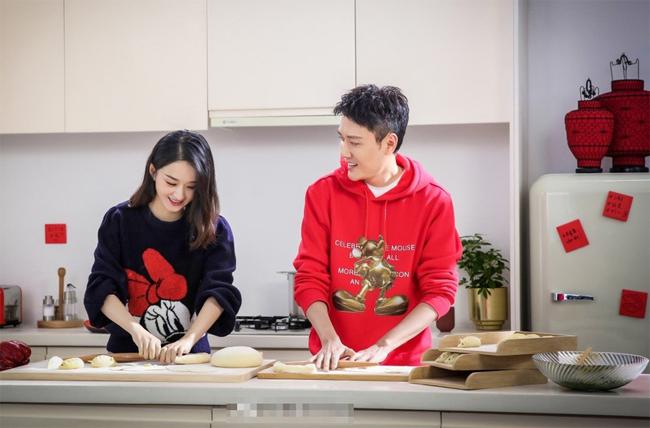 Triệu Lệ Dĩnh và ông xã Phùng Thiệu Phong cùng nhau vào bếp làm bánh bao, chuẩn bị Tết. Bộ hình cặp đôi thực hiện là để quảng cáo cho một thương hiệu nội địa. Cặp sao nổi tiếng đã có một năm 2019 viên mãn, với hỷ sự hôn nhân và con đầu lòng chào đời.