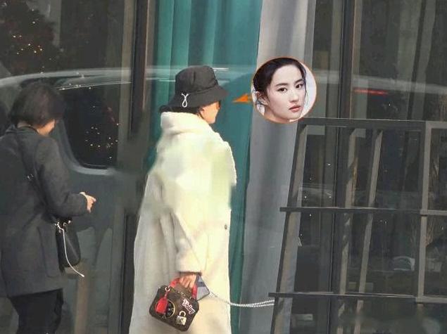 Lưu Diệc Phi khoác áo lông thú, đội mũ ấm áp khi tới một tiệm ở Bắc Kinh thưởng thức trà chiều hôm 22/1. Nữ diễn viên đang có những ngày nghỉ xả hơi nhân dịp Tết cổ truyền. Trước đó, cô đã có những ngày khá bận rộn với dự án phim Hoa Mộc Lan của Walt Disney trong năm 2019 vừa qua.