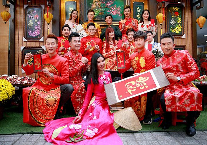 MC Chu Tấn Văn (ngoài cùng bên phải) và dàn người mẫu cũng diện áo dài Minh Hùng dạo chơi, mừng Tết Canh Tý.