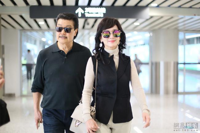 Vợ chồng nghệ sĩ Triệu Nhã Chi trên đường về nhà ăn Tết.