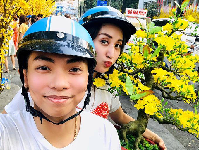 Phan Hiển chợ bà xã Khánh Thi đi sắm Tết.