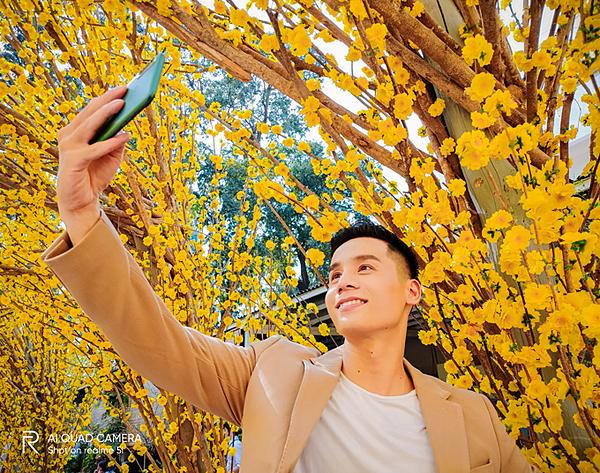 Người sử dụng nên tận dụng chế độ chụp selfie để không phải nhờ ai chụp.