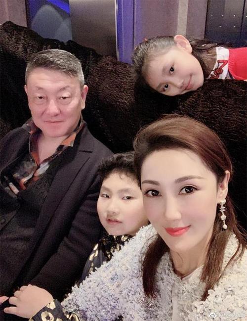 Ca sĩ gạo cội Hàn Lỗi và vợ kém 16 tuổi bên các con. Bà xã Hàn Lỗi - Vương Yếnlàmột mỹ nhân Mông Cổ.