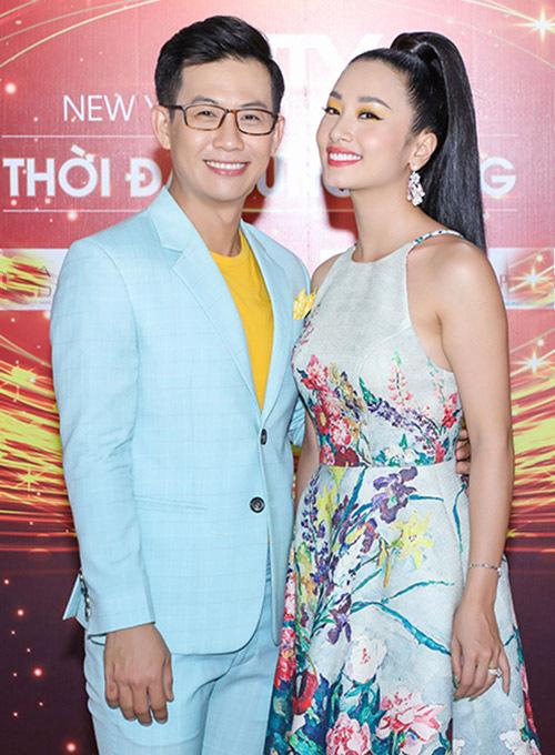 Ca sĩ Trọng Khương (trái) và Thu Hằng Bolero hào hứng với chương trình concert mừng năm mới.