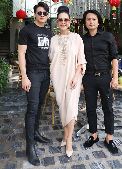 Ba diễn viên thuộc ba thế hệ vui vẻ chụp ảnh kỷ niệm, mừng hội ngộ tại Sài Gòn.