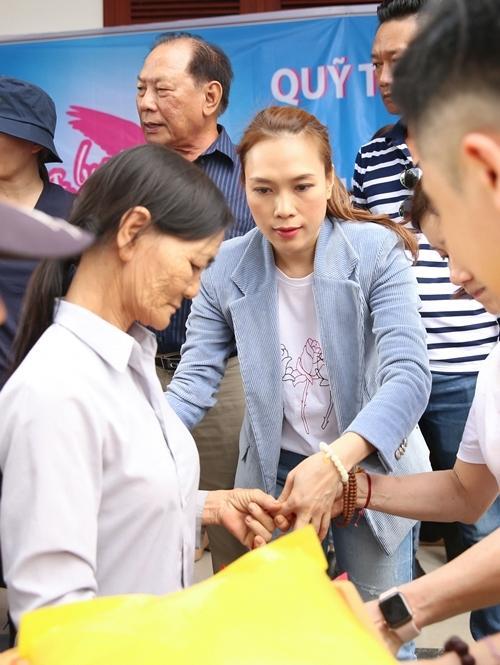 Nhân dịp năm mới, Mỹ Tâm và các tình nguyện viên trao hơn 500 phần quà cho bà con huyện Thăng Bình, tỉnh Quảng Nam.
