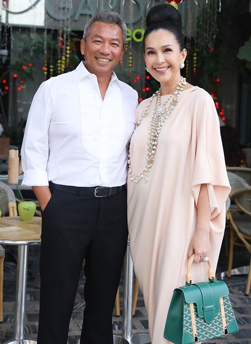 Diễm My được ông xã đại gia tháp tùng đi uống cà phê ở trung tâm Sài Gòn. Nữ diễn viên mặc váy dáng rộng, đeo vòng cổ ngọc trai và xách túi hiệu đắt đỏ. Nhiều năm nay chị vẫn trung thành với phong cách sang trọng, quý phái.