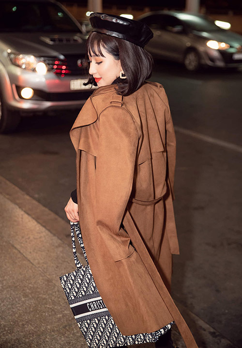 Người đẹp xách túi hiệu trị giá hàng nghìn đôla, khoe phong cách sang chảnh ở sân bay.