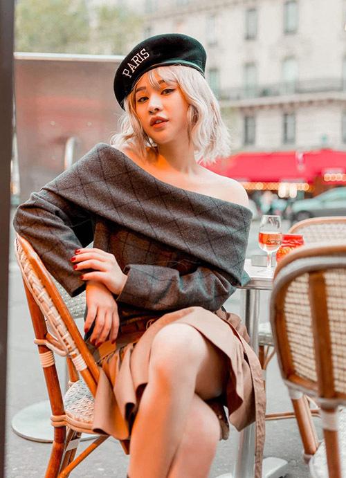 Thời tiết tháng 1 vẫn còn lạnh nhưng hot girl 9X mặc váy ngắn hở vai ra phố.