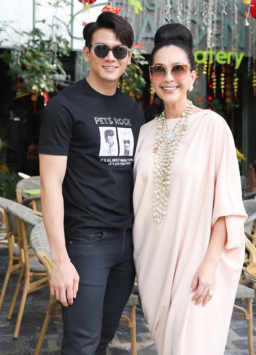 Người mẫu, diễn viên Lê Xuân Tiền khoe vẻ điển trai trong cây đen. Tết năm nay anh rất vui vì phim Gái gìà lắm chiêu 3 mà anh đóng chính vừa ra rạp.