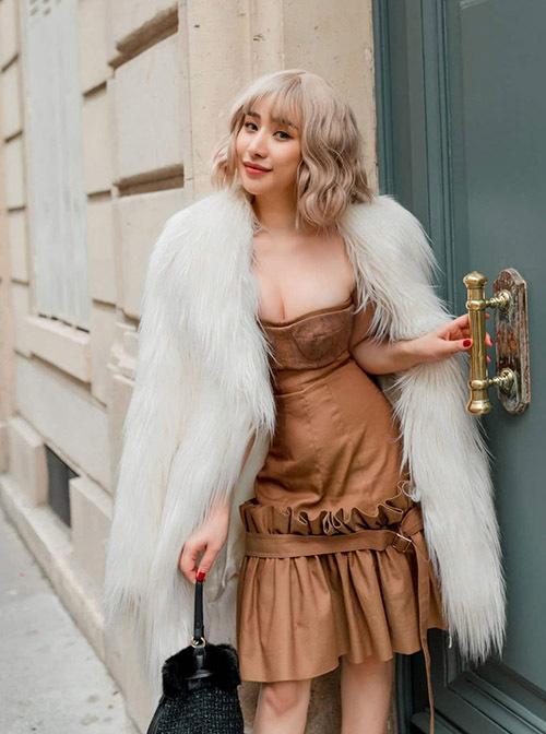 Ivy chuộng mặc váy áo màu trơn và lựa chọn kiểu dáng đa dạng khi tối giản lúc cầu kỳ, nhiều chi tiết.