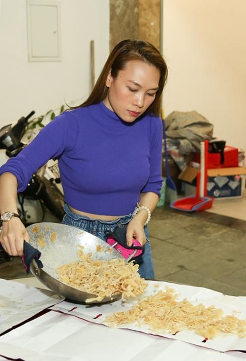 Giọng ca Ước gì cũng tự tay nấu các loại mứt gừng, dừa, để tiếp khách vào những ngày đầu năm.