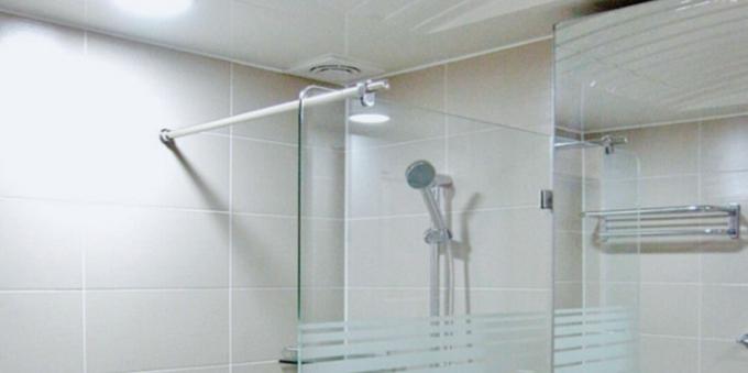 Việc lau khô sau chùi rửa giúp bảo vệ kính tốt hơn.