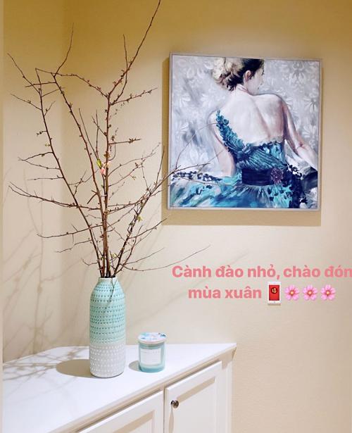 Hoa tươi luôn được Phạm Hương sử dụng tạo điểm nhấn nổi bật.