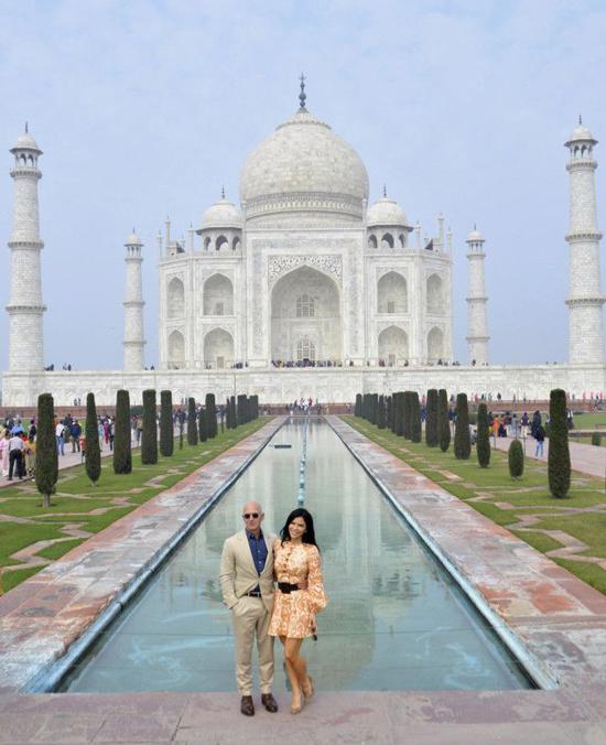 Tỷ phú Jeff Bezos và bạn gái Lauren Sanchez chụp hình bên ngoài lăng mộ cổ Taj Mahal. Ănh: AP.