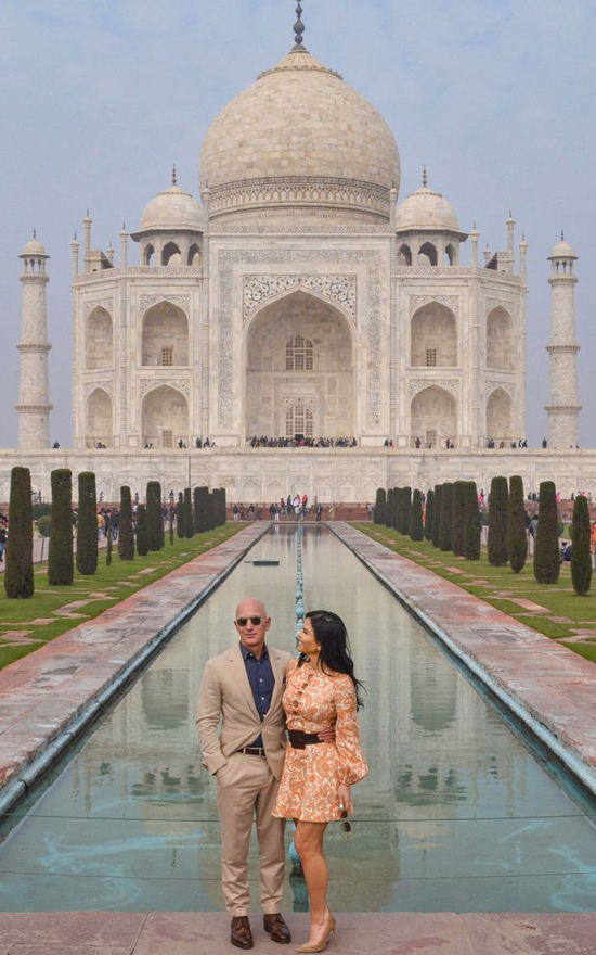 Jeff Bezos và bạn gái tình tứ chụp hình. Ảnh: AP.